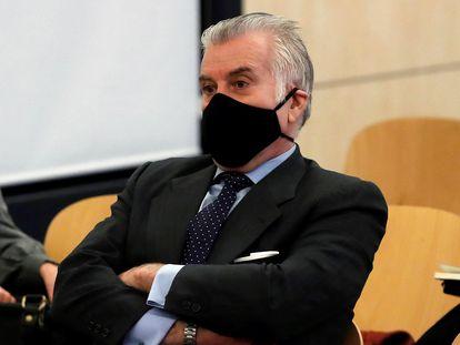 """El extesorero del PP Luis Bárcenas sentado en el banquillo de los acusados durante la primera sesión del juicio de los """"papeles de Bárcenas"""" el día 8."""