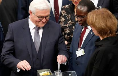 Frank-Walter Steinmeier, nuevo presidente federal de Alemania, vota en la Asamblea Federal celebrada el domingo en Berlín.