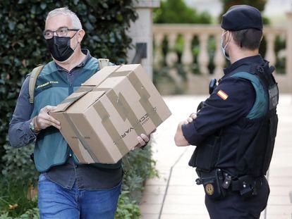 Agentes de la Guardia Civil durante el registro en el ayuntamiento de Cabrera de Mar.