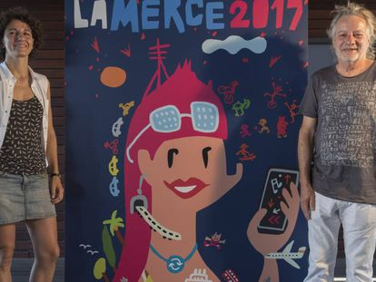 Marina Garcés y Xavier Mariscal junto al cartel de la Mercè