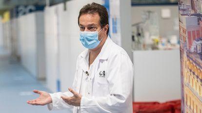 Fernando Prados, ex director gerente del Hospital Isabel Zendal de Madrid, en el centro el pasado febrero.