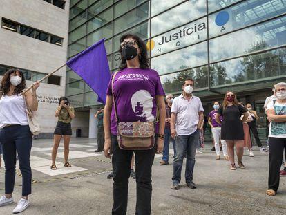 Protesta feminista ante la Ciudad de la Justicia de Valencia, coincidiendo con el primero de los juicios de faltas durante la huelga del 8M.