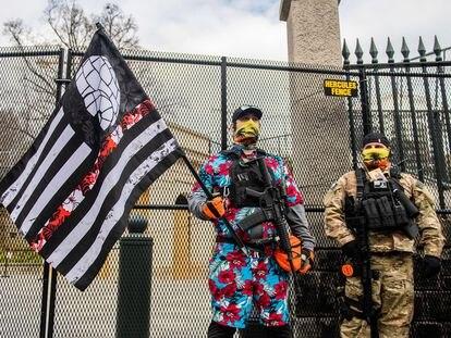 Miembros del Movimiento Boogaloo asisten a una manifestación ante el Capitolio de Virginia, el 18 de enero.
