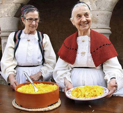 Maria y Pepina, de Cerdeña, mostrando su 'su succu'. Qué es eso, te preguntarás: pasta con azafrán, queso y caldo de oveja. Esta sabrosura y otras, en la cuenta de Instagram 'pasta grannies'.