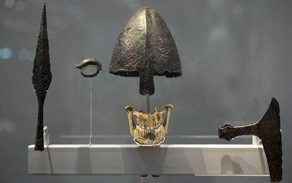 Armas y mandíbula de vikingo en la exposición que les dedicó a los antiguos escandinavos el British Museum.