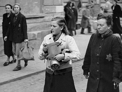 Judíos checos deportados al campo de Terezín en 1944.