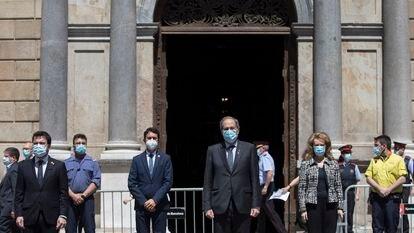 Minuto de silencio en la Plaza Sant Jaume por las víctimas del Coronavirus con el president de la Generalitat Quim Torra presidiendo el acto.