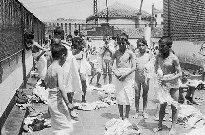 Baños de sol en la azotea del Grupo Escolar Cervantes, hacia 1933.