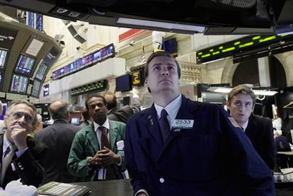Operadores bursátiles siguen la intervención de Barack Obama en televisión, ayer en la Bolsa de Nueva York.