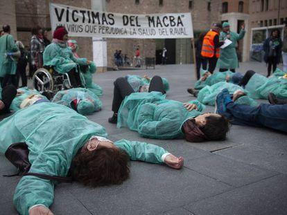 Un grupo de integrantes de la paltaforma CAP Raval Nord Digne protesta frente al MACBA.