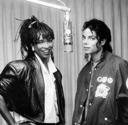 Jackon con la cantante Siedah Garrett en el estudio de grabación.