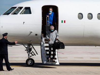 Los últimos rehenes liberados en Malí, los italianos Nicola Chiacchio y Pier Luigi Maccalli, a su llegada al aeropuerto de Ciampino en Roma este viernes.