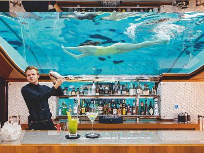 La piscina del barco 'Faith' tiene el suelo de cristal, y puede verse desde la zona del bar, dentro del libro de Assouline 'Yachts: The Impossible Collection'.