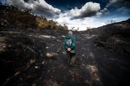 Un vecino recorre la zona arrasada por el fuego en la aldea ourensana de Carzoa.