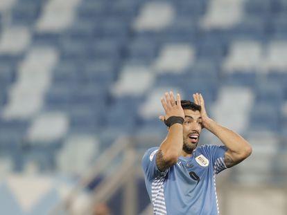 Luis Suárez reacciona tras un fallo en el partido Uruguay-Chile, en la Copa América.
