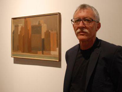 El artista Marcelo Fuentes junto a una de sus obras en el Centre de El Carme.