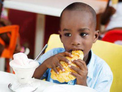 Por exceso o por defecto. El número de menores de edad que pasa hambre baja en el mundo, salvo en África, y el de los que sufren sobrepeso crece en todos los continentes