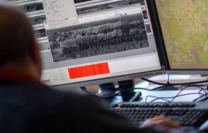Un trabajador del centro de control de incendios de Eberswalde, Brandenburgo (Alemania) observa en su pantalla una nube de humo sobre un bosque.