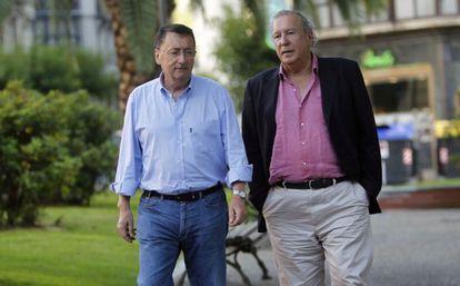 Jon Larrinaga, a la izquierda, junto a Alfonso Basagoiti.