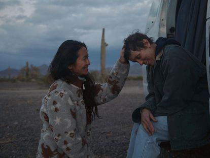 Chloe Zhao, junto a Frances McDormand en el rodaje de 'Nomadland'.
