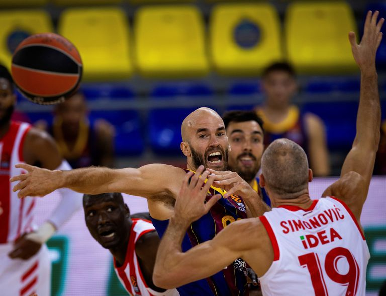 Calathes gives a pass in the presence of Simonovic.