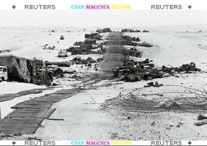 Las líneas egipcias destrozadas a ambos lados de la carretera de Sinai, después de un ataque de aviones bombarderos del ejército israelí, durante la Guerra de los Seis Días