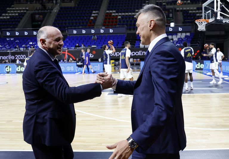 Laso y Jasikevicius se saludan antes de la final de la Supercopa. acbphoto