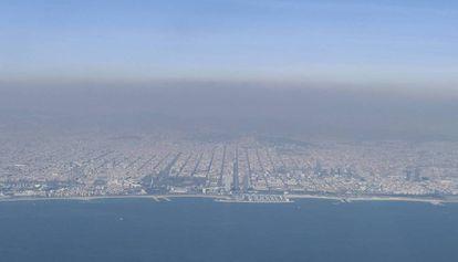 Nube de contaminación en Barcelona tomada desde un avión.