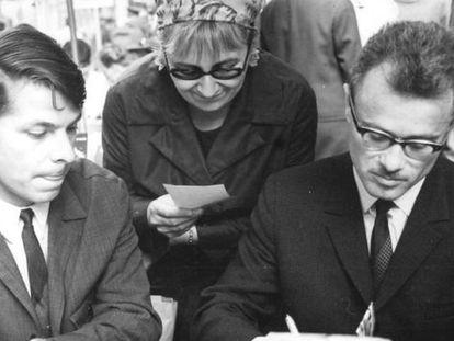 Icchokas Meras (derecha), durante una firma de libros en la RDA en 1968