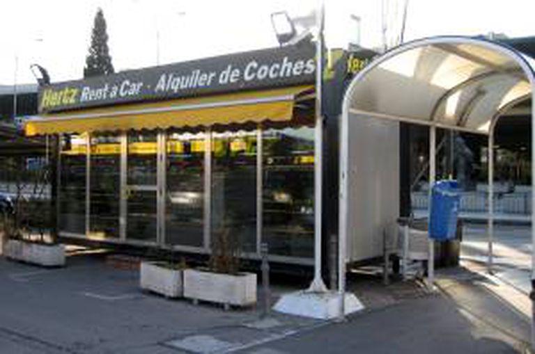 Caseta de alquiler de coches de la compañía Hertz en el aeropuerto de Barajas.