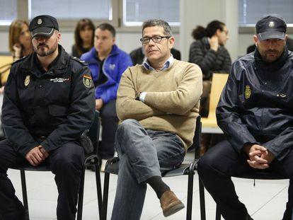 Jorge Ignacio Roca, custodiado por la policía en el juicio de Emarsa.
