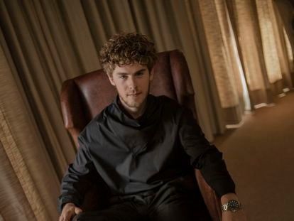 El actor Patrick Criado (Madrid, 1995), protagonista de la serie 'Antidisturbios', posa vestido de Emporio Armani durante una entrevista para ICON en el Hotel Urso del centro de Madrid.