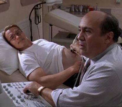 Arnold Schwarzenegger, a la izqueirda, y Danny DeVito en 'junior' (1994).