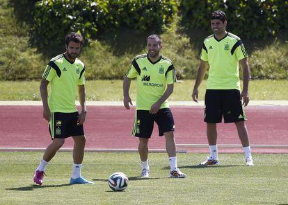 Cesc Fàbregas, con Alba y Diego Costa, se entrena con la selección española en Las Rozas.