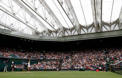 Sabalenka sirve durante el partido contra Jabeur en la Centre Court de Wimbledon.