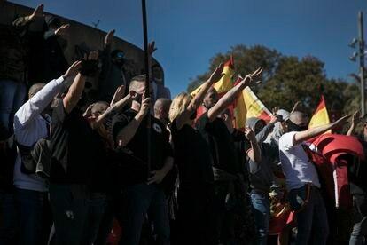 Concentración de la extrema derecha en la plaza de Coln de Barcelona, el 12 de octubre.
