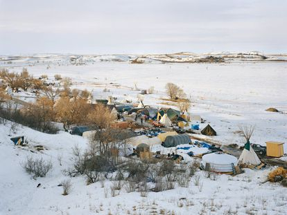 'Campamento Sacred Stone, Reserva Sioux de Standing Rock. Dakota del Norte, 2017'. del libro 'Property Rights' editado por STEIDL. Fotografía: MITCH EPSTEIN (STEIDL).