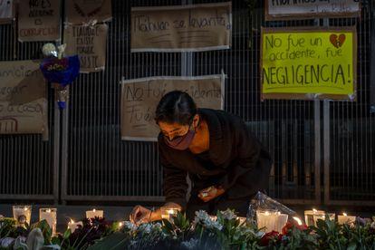 Amigos y familiares de las víctimas colocan una ofrenda floral en la estación Olivos.