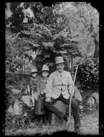 Autorretrato del escritor con sus hijas, Karin y Greta, en Gersau (Suiza), en 1886.