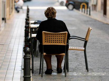 Una anciana sentada en la localidad valenicana de Guadassuar (Valencia).