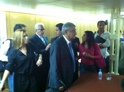 Andrés Manuel López Obrador (centro), al final de su conferencia en Madrid.