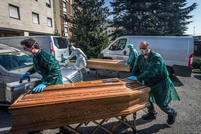 A finales de marzo, los ataúdes se amontonaban en Bérgamo, la región más castigada de Italia por el virus. En esta imagen, del 28 de marzo, un grupo de operarios traslada féretros del Hospital Ponte San Pietro.