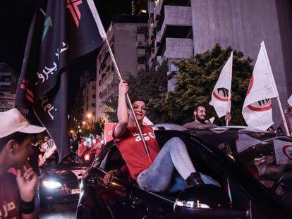 Seguidores del partido cristiano Fuerzas Libanesas celebran los resultados de los comicios legislativos este lunes en Beirut tras doblar el número de escaños en el parlamento