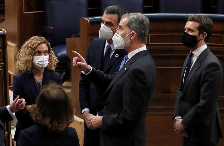 King Felipe VI talks in Congress with the President of the Government, Pedro Sánchez, under the gaze of the president of the Lower House, Meritxell Batet, and the leader of the Popular Party, Pablo Casado, on February 23.