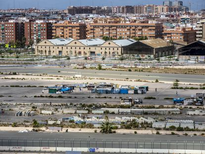 Chabolas en lo que un día fueron las pistas de Fórmula 1 de Valencia, España.