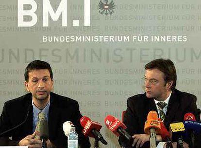 El ministro del Interior austriaco, Günther Platter (derecha), y el experto policial Herald Gremel.