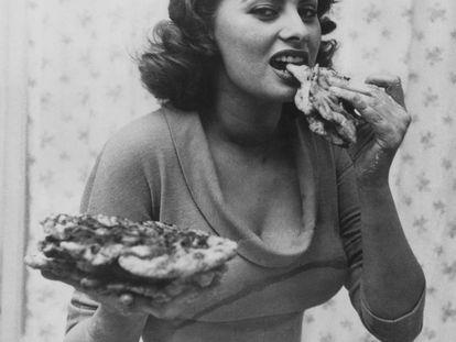 Sofia Loren comiendo pizza en 1954. Su otra pasión aparte del cine es la cocina y en 1998 publicó un exitoso libro que mezclaba recetas italianas con recuerdos de su vida.
