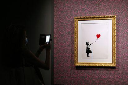 En la imagen el cuadro 'Niña con globo' de la exposición de Bansky 'Una protesta visual', que tuvo lugar en el Chiostro del Bramante de Roma el 10 de septiembre de 2020.
