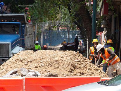 Empleados de construcción trabajan en una de las avenidas de la Ciudad de México.