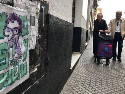 Una de las caricaturas de Jose María González 'Kichi' que han sido colgadas en las calles de Cádiz.